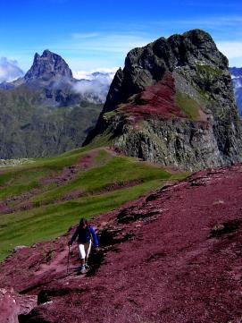 Llegando al Vértice de Anayet. Detrás el Pico de Anayet y al fondo el Midi d'Ossau.