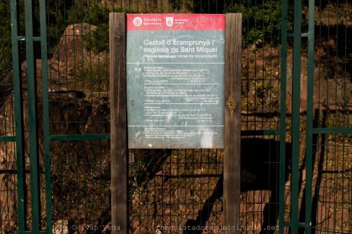 Cartel junto a la entrada del castell.